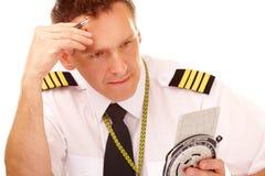 Piloto de la línea aérea que usa el ordenador de vuelo Imágenes de archivo libres de regalías