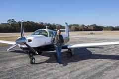Piloto de sexo femenino con el avión privado Imagen de archivo