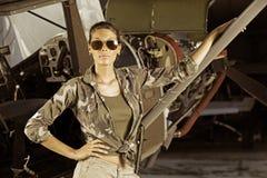 Piloto del aeroplano de la mujer foto de archivo