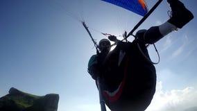 Piloto del ala flexible, haber perjudicado físico, volando en su propio paragliding almacen de metraje de vídeo