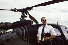 Piloto del helicóptero en gafas de sol en helicóptero imagen de archivo libre de regalías