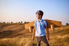 Piloto del niño del muchacho con las alas en la naturaleza Fotos de archivo