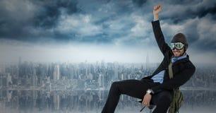 Piloto do homem de negócio na cadeira contra a skyline Imagem de Stock