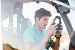 Piloto do homem na cabine de aviões pequenos Fotografia de Stock Royalty Free