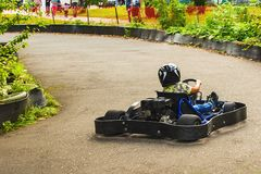 Piloto do kart na estrada na natureza foto de stock royalty free