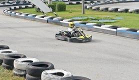 Piloto do kart na trilha exterior fotos de stock royalty free