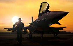 Piloto e aviões militares no aeródromo no apoio da missão fotografia de stock
