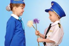 Piloto e comissária de bordo pequenos Fotos de Stock Royalty Free