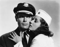 Piloto e comissária de bordo que têm o momento romântico (todas as pessoas descritas não são umas vivas mais longo e nenhuma prop Imagem de Stock