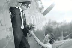 Piloto e menina perto dos aviões do vintage Fotos de Stock Royalty Free