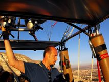 Piloto en Cappadocia, Turquía del globo del aire caliente Fotos de archivo