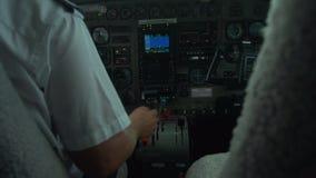 Piloto en el avión y la navegación almacen de metraje de vídeo