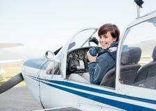 Piloto en la carlinga de aviones fotos de archivo libres de regalías