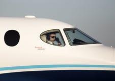 Piloto en la carlinga del jet privado Fotografía de archivo