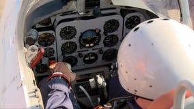 Piloto en un v?deo plano de la cabina almacen de metraje de vídeo