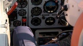 Piloto en un v?deo plano de la cabina almacen de video