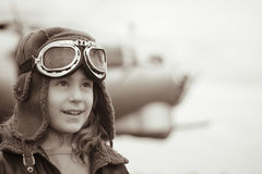 Piloto fêmea novo que olha na distância Imagem de Stock Royalty Free