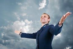 Piloto feliz dos aviões do homem novo sobre o fundo do céu azul Fotos de Stock