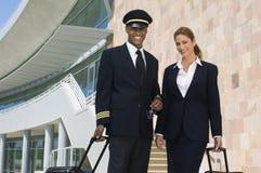 Piloto And Flight Attendant fora da construção Fotografia de Stock Royalty Free