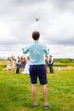 Piloto Flying Drone del helicóptero del patio en la boda Fotos de archivo libres de regalías