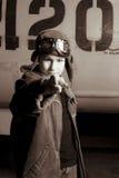Piloto joven con los anteojos del vuelo que señala en la cámara Imagen de archivo
