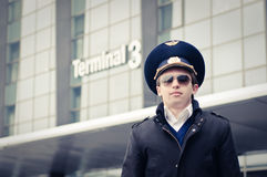 Piloto joven en el aeropuerto de Kastrup contra el th terminal Fotografía de archivo