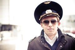 Piloto joven en el aeropuerto de Kastrup contra la terminal, c Fotos de archivo libres de regalías