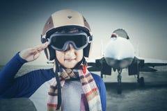 Piloto masculino pequeno com plano de jato fotos de stock