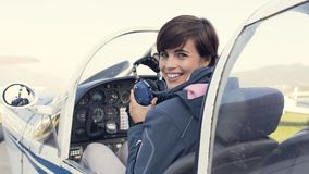 Piloto na cabina do piloto de aviões Fotografia de Stock Royalty Free