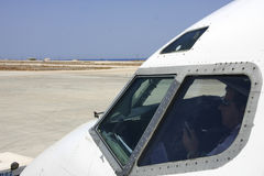 Piloto na cabina do piloto fotos de stock royalty free