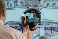 Piloto na cabina do piloto do airlpane Foto de Stock Royalty Free