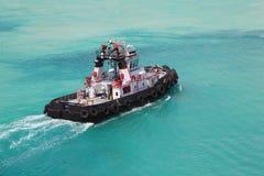 Piloto na tração do reboque do empurrador do incêndio através do mar Imagens de Stock Royalty Free