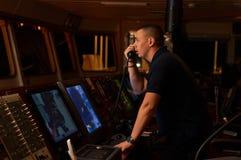 Piloto/navegador na ponte do ` s do navio Fotos de Stock