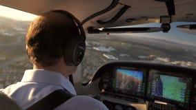 Piloto Navigating del avión privado y vuelo en puesta del sol almacen de video