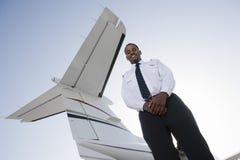 Piloto novo feliz Standing do avião Fotos de Stock Royalty Free