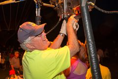 Piloto Smiling do balão de ar quente na multidão Imagens de Stock Royalty Free