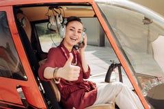 Piloto tornando-se da mulher atrativa jovial foto de stock