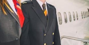 Piloto y azafata imagen de archivo