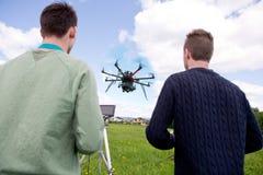Piloto y fotógrafo Operating Photography Drone Imagen de archivo libre de regalías