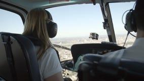 Piloto y pasajero en un helicóptero almacen de metraje de vídeo