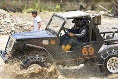 pilotos 4X4 através da lama em Equador Imagens de Stock