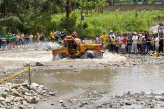 pilotos 4X4 através da lama em Equador Fotos de Stock Royalty Free