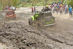 pilotos 4X4 através da lama em Equador Fotografia de Stock Royalty Free