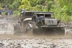 pilotos 4X4 através da lama em Equador Imagens de Stock Royalty Free