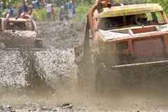 pilotos 4X4 através da lama em Equador Foto de Stock