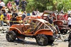 pilotos 4X4 através da lama em Equador Imagem de Stock Royalty Free