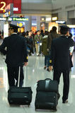 Pilotos comerciales en terminal de aeropuerto Fotografía de archivo