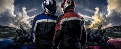 Pilotos da motocicleta em uma cena da estrada de HDR foto de stock