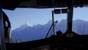 Pilotos de la cabina en el avión metrajes