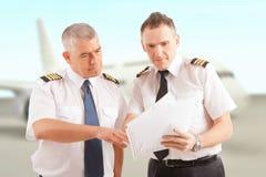 Pilotos de la línea aérea en el aeropuerto Fotos de archivo